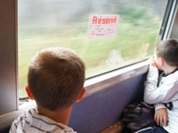 Deux enfants regardent par la fen�tre du train