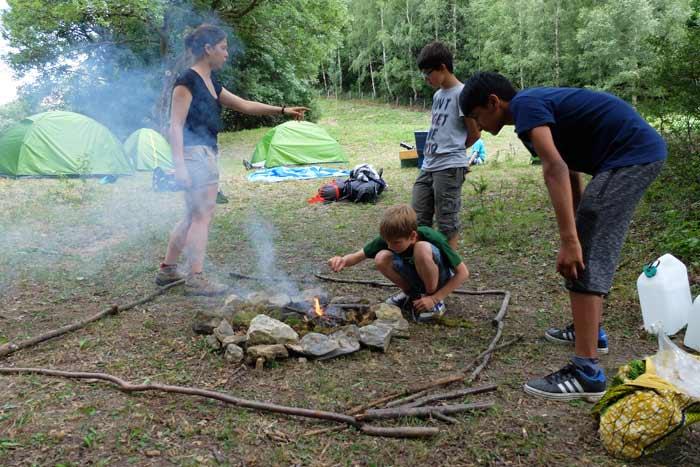 Préparation du feu lors du bivouac