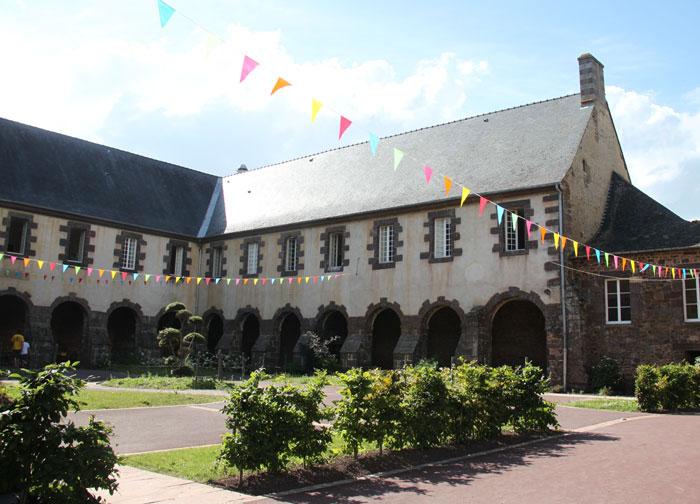 La façade de l'abbaye Saint Jacques