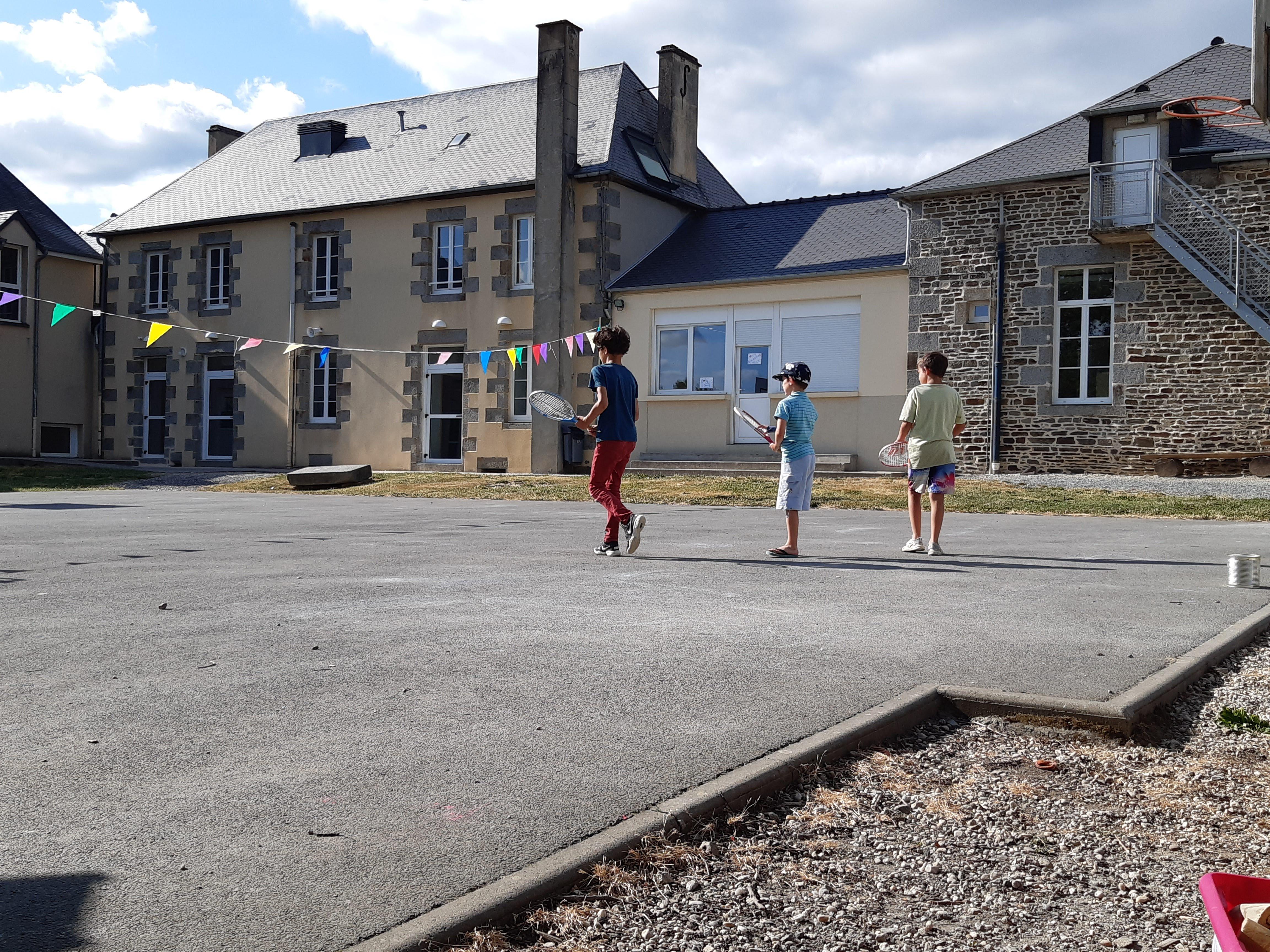 Jeux sportifs dans la cour du centre