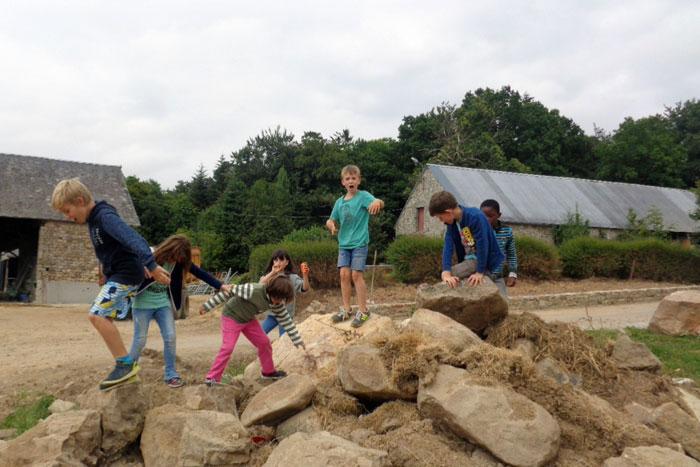 Un groupe d'enfants joue en Normandie