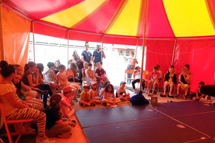 Sous le chapiteau, avant une représentation du groupe cirque