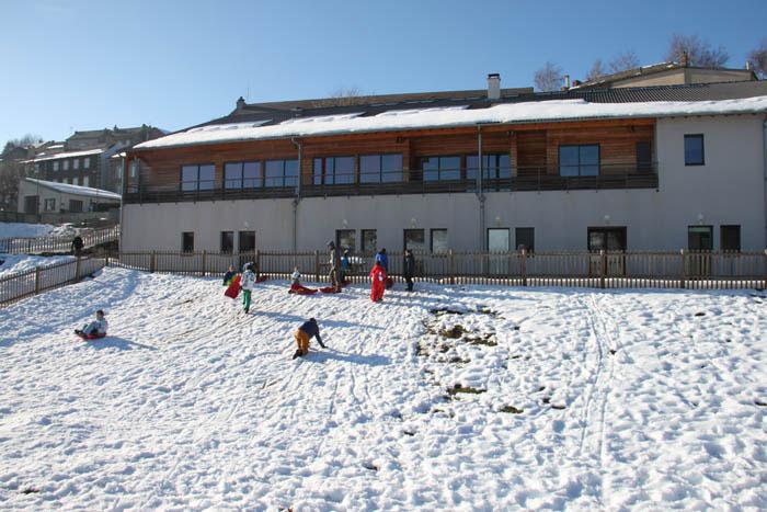 Vue générale d'un centre de vacances sous la neige en Auvergne