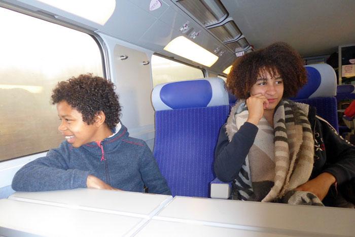 Un groupe d'enfants à bord d'un TGV duplex