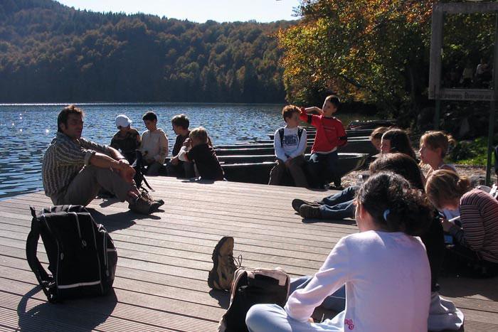 Un groupe sur un ponton