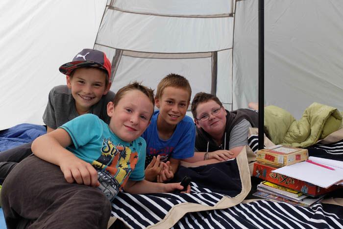 Enfants sous un tipi en centre de vacances