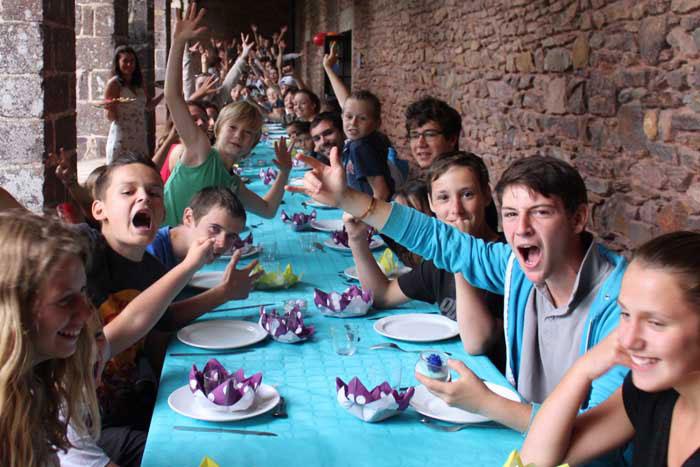 Repas sous forme de banquet à l'auberge des korrigans