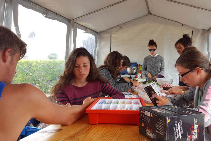 A l'intérieur de la grande tente collective
