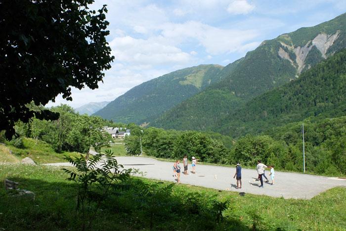 La cour du centre avec vue sur la vallée