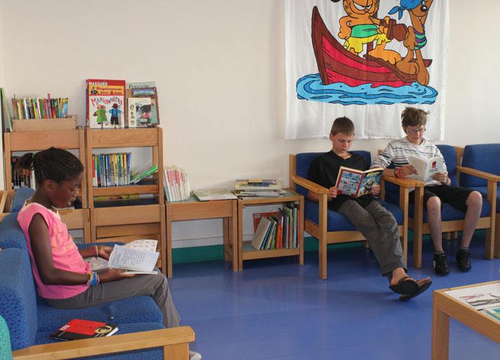 La bibliothèque à proximité des chambres