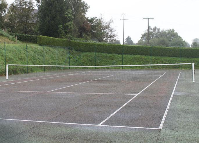 Le terrain de tennis à disposition des enfants