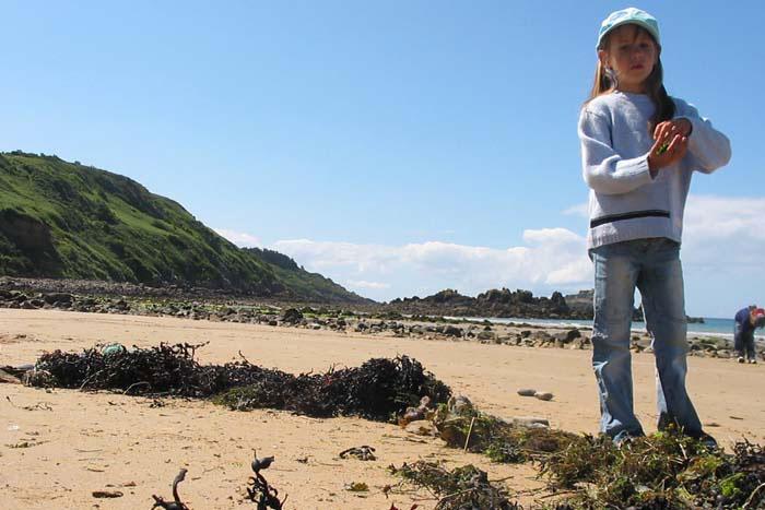 Une petite fille sur la plage