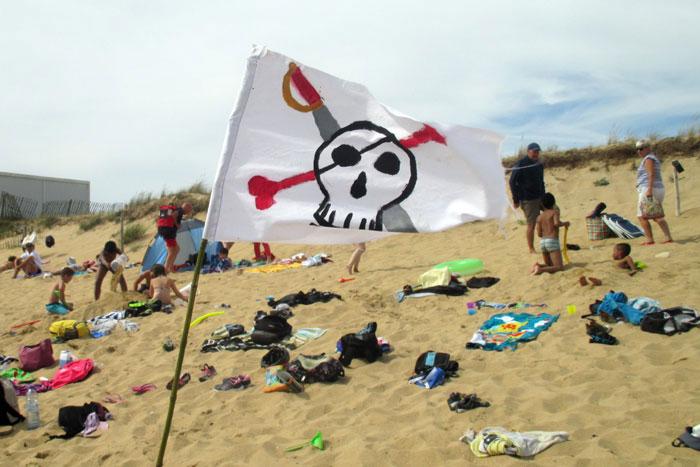 Un drapeau de pirate sur la plage