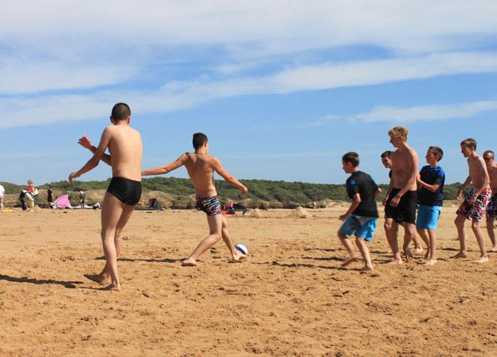 Partie de foot sur la plage
