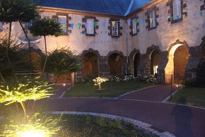 Abbaye Saint Jacques à Montfort illuminée de nuit