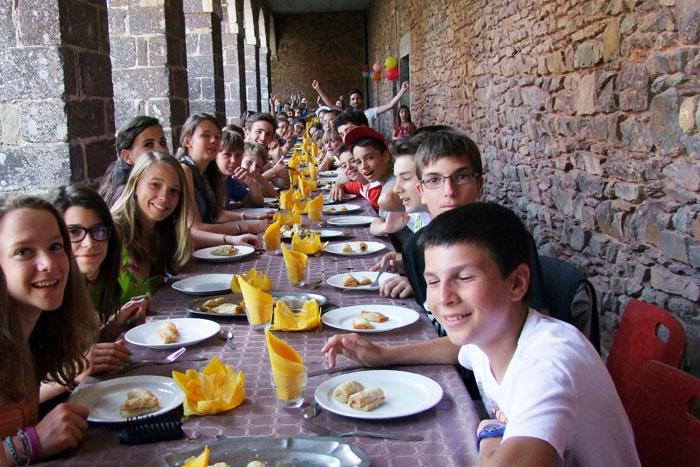 Repas festif sous le cloître