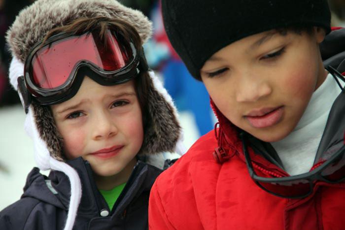 Deux enfants en colo à la neige