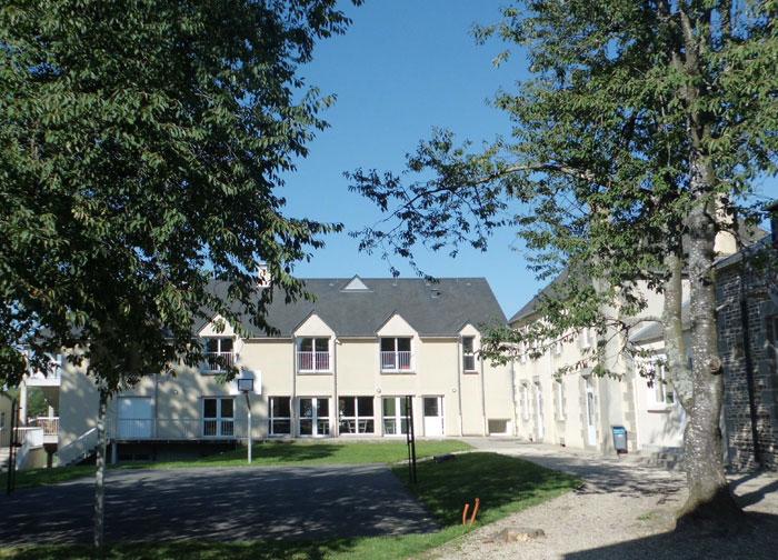 Vue du bâtiment principal depuis la cour
