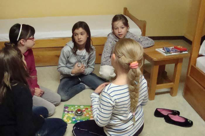 Enfants jouant dans une chambre