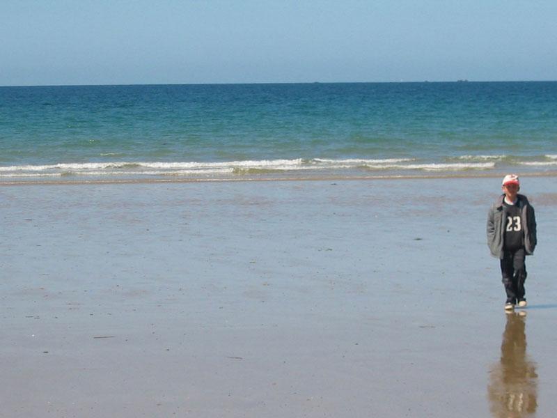 Un enfant seul sur la plage