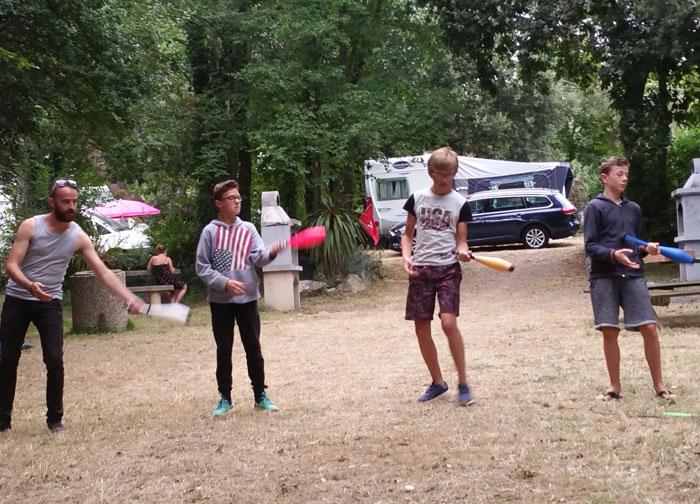 Jeux dans le camp
