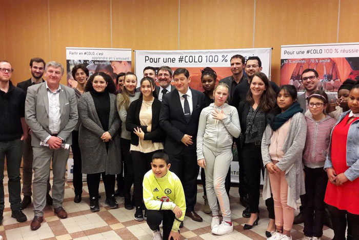 Patrick Kanner entouré des jeunes en colo à Paris et des partenaires de la campagne de communication.