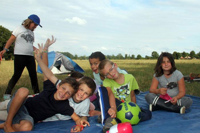 Un groupe d'enfants dans une colonie 44 � la campagne
