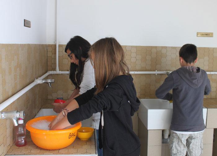 La vaisselle dans les sanitaires du camping