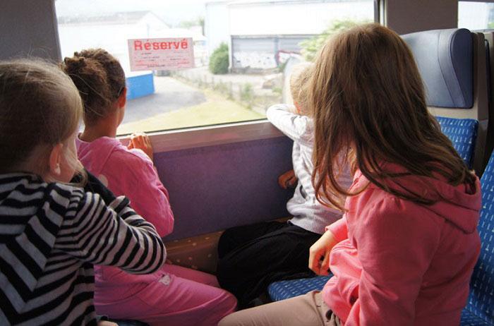 Enfants voyageant en train